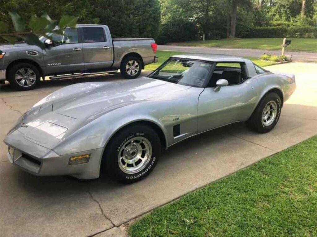 Chevrolet Corvette C3 fra 1980 i sølvmetallic. Elegant amerikanerbil.